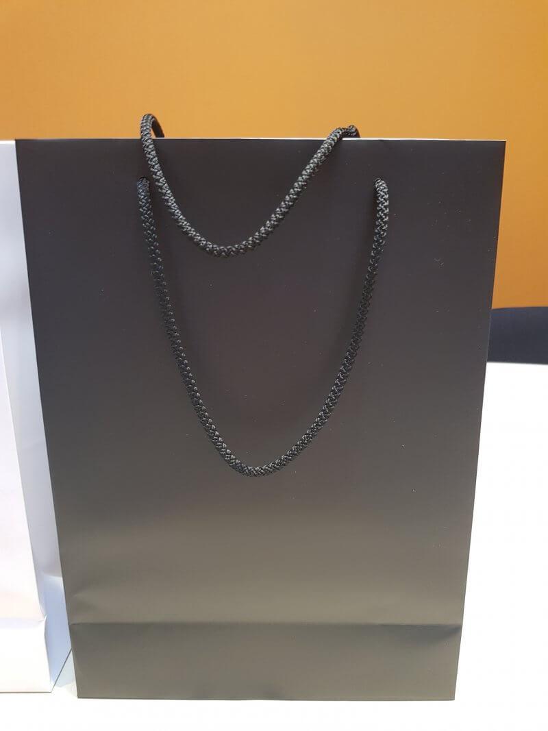 Juodas maišelis virvelinėmis rank. 240 x 105 x 330 mm